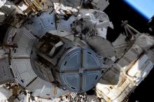 Thomas Pesquet et Shane Kimbrough à l'extérieur de la Station spatiale le 16 juin 2021