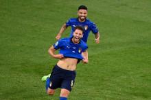 Manuel Locatelli (à l'avant) célèbre avec l'attaquant italien Lorenzo Insigne, après avoir marqué le premier but de l'Italie lors du match de football du groupe A de l'Euro 2020 entre l'Italie et la Suisse à Rome, le 16 juin 2021.
