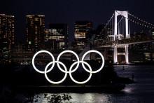 Photo des anneaux olympiques illuminés au crépuscule sur le front de mer d'Odaiba à Tokyo, le 31 mai 2021. (Illustration)