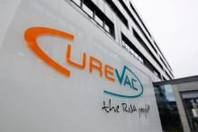 Le logo de la société biopharmaceutique CureVac, est affiché devant le siège de la société à Tuebingen, dans le sud de l'Allemagne, le 15 décembre 2020. (Illustration)