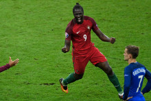 L'attaquant portugais Eder célébre devant Antoine Griezmann après avoir inscrit le but de la victoire contre la France lors de la finale de l'Euro 2016 au Stade de France.