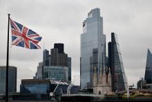 Photo du drapeau du Royaume-Uni qui flotte dans le vent près des constructions de bureaux de la City de Londres, 25 novembre 2020. (Illustration)