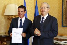 L'ancien premier ministre Manuel Valls et l'ancien président de la région Île-de-France, Jean-Paul Huchon, le 7 décembre 2016 à Matignon.
