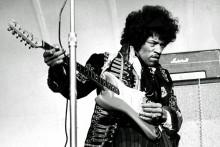 Le chanteur et guitariste américain Jimi Hendrix se produit sur scène le 24 mai 1967 à Grona Lund à Stockholm, en Suède.
