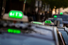 Un panneau de taxi est illuminé en vert pour signifier qu'il est disponible à la location à Paris le 1er avril 2019. (Illustration)