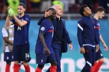 Didier Deschamps console ses joueurs après leur défaite lors des huitièmes de finale de l'Euro 2021 entre la France et la Suisse le 28 juin 2021.