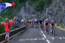 Le peloton du Tour de France dans les Alpes le 3 juillet 2021