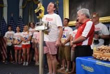 Joey Chestnut, record-man du nombre de hot-dogs mangés en 10 minutes, lors d'un tournoi en 2014.