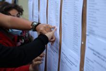 Des élèves devant le tableau d'affichage des résultats du baccalauréat le 6 juillet 2021