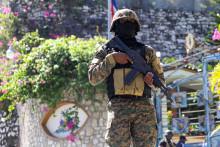 Un militaire haïtien, devant la résidence présidentielle, le 7 juillet 2021, à Port-au-Prince
