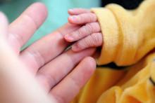 Un nouveau-né prend le doigt de sa mère après l'accouchement, le 17 septembre 2013 à l'hôpital de Lens, dans le nord de la France. (Illustration)