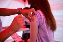 Un jeune fille reçoit une dose du vaccin Pfizer-BioNTech contre le Covid-19 le 29 juin 2021, dans un centre de vaccination situé place de la République à Paris. (Illustration)