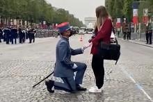 Un militaire a fait sa demande en mariage sur les Champs-Elysées le 14 juillet 2021