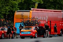 Les membres de l'équipe Bahrain Victorious au départ de la 18e étape du Tour de France 2021 entre Pau et Luz Ardiden, le 15 juillet 2021.