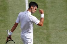 Novak Djokovic célèbre sa victoire au troisième set contre l'Italien Matteo Berrettini, le 11 juillet 2021.