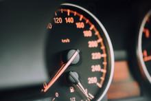 Un compteur de vitesse d'une voiture (illustration)