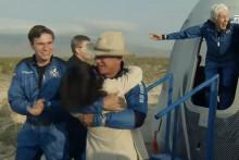 Jeff Bezos tout sourire après son premier vol dans l'espace