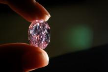 Photo d'un rare diamant rose violet, prise le 6 novembre 2020 à Genève. (Illustration)