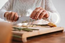 Une séance de cuisine chez soi (image d'illustration)