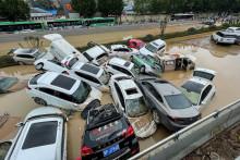 Des voitures emportées par les flots à Zhengzhou, dans le centre de la Chine, le 21 juillet 2021