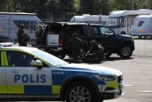 Une opération policière est en cours le 21 juillet 2021 alors que deux détenus ont pris en otage des membres du personnel, devant la prison de Hällby, en Suède, le 21 juillet 2021.