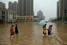 Une rue inondée à la suite de fortes pluies qui ont provoqué des inondations et coûté la vie à au moins 51 personnes, dans la ville de Zhengzhou, en Chine, le 23 juillet 2021.