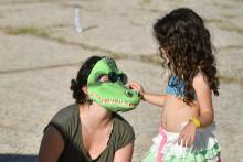 """Le déguisement """"crocodile"""" d'une femme lors d'une manifestation"""