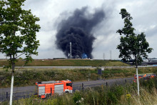 De la fumée s'élève au dessus d'un centre de déchets après une explosion à Leverkusen, en Allemagne ke 27 juillet 2021