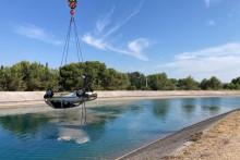 Les gendarmes doivent faire appel à une grue pour extraire les véhicules du canal
