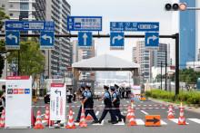 Des policiers devant le village olympique à Tokyo