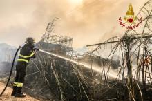 Un pompier maitrise un incendie à Oristano le 26 juillet 2021