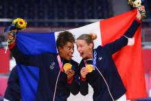 Les handballeuses Estelle Nze Minko et Amandine Leynaud à Tokyo le 8 août 2021