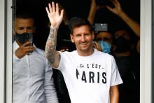 """Lionel Messi au Bourget avec le tshirt """"Ici c'est Paris"""" le 10 août 2021."""