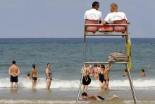 Deux maîtres-nageurs sauveteurs sur une plage, en France (illustration)