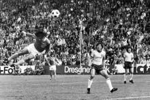 Gerd Müller qui marque de la tête contre l'Australie lors de la Coupe du monde 1974 à Hambourg