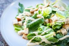 Une belle salade césar (image d'illustration)