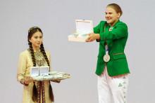 L'haltérophile turkmène Polina Guryeva brandit le coffret contenant ses 50.000 dollars de récompense