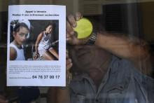 Le patron d'un bar colle une affiche d'appel à témoins délivrée par la gendarmerie de Pont-de-Beauvoisin pour la disparition de Maelys de Araujo, 9 ans.