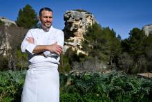 Glenn Viel devant le jardin de son restaurant l'Oustau de Baumanière