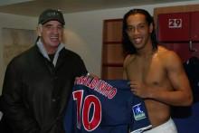 Belmondo aux côtés du Brésilien Ronaldinho dans le vestiaire parisien en 2003