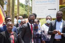 Le chef de l'opposition ougandaise Bobi Wine assistant à une bagarre lors de laquelle de nombreux journalistes ont été agressés par la police militaire ougandaise devant les bureaux de l'ONU, le 17 février 2021.