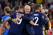 Didier Deschamps enlace Karim Benzema à Décines-Charpieu le 7 septembre 2021