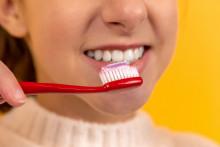 Une femme se brossant les dents (illustration)