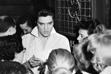 Elvis Presley avec des fans après un concert en 1958