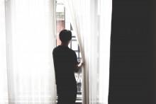 Un homme devant sa fenêtre (illustration).