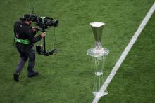 Un cameraman devant le trophée de la Ligue Europa à Gdansk le 26 mat 2021