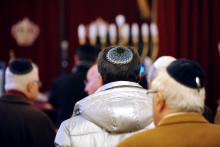 Des juifs pratiquants dans une synagogue (illustration)