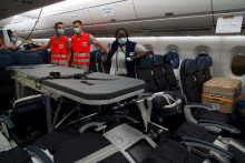 L'avion transportant les patients a été transformé en un petit service de réanimation.