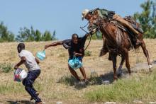 Un garde-frontière à cheval chasse un migrant au Texas