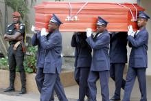 Des agents funéraires portent le cercueil de Michel Niaucel, diplomate de l'Union européenne assassiné à Abidjan au début du mois, le 22 février 2007.